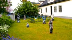 "Fra ""Fløy en liten blåfugl"" - Skulpturpark for barn"" av Beate Juell (1964 - )  Kauffeldtgården  http://www.kunstpark.no/"