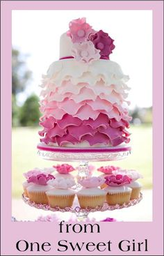 Such a beautiful cake, and check out those cupcakes-Find more fabulous desserts for Easter here