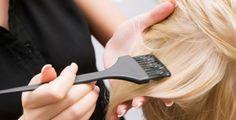 Chemické barvení vlasy ničí, lze ho nahradit bylinami