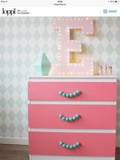 ♥ Miss Cutiepie Inspiration - Freebies & Inspiration ♥: Hacked Ikea dresser and DIY marquee lights budget solutions for kids rooms. Sonny angels and Ferm Living harlequin mint wallpaper. Ikea Malm Dresser, Diy Nightstand, Hack Ikea, Table Ikea, Kids Dressers, Dresser Handles, Kid Spaces, Kids Decor, Kids Furniture
