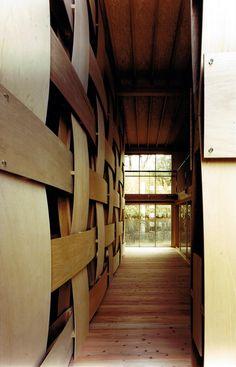 Woven wood wall by Tadashi Yoshimura Architects 吹き抜け リビング 開放感