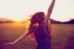 Günlük hayatın stres ve koşuşturmacasına kendimizi kaptırdığımız saatlerde mutlu olma kavramı çoğu zaman aklımıza bile gelmese de esasında yaptığımız her bir hareketin bize daha fazla anlam ifade etmesi için mutluluğun peşine düşmemiz gerekiyor. Keyfimiz yerindeyken hayat çok daha anlamlı geliyor. Mutluluk üzerine araştırma yapan bilim insanları, düşünce biçimimizin mutluluk düzeyimiz üzerinde fark ettiğimizden daha fazla …
