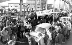 Auf der Boesebruecke werden DDR Burger begruesst 10.11.1989