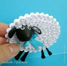 DIY Quilling Paper Sheep made by Barahona Borja fr - Quilling Ideas Diy Quilling, Paper Quilling Flowers, Paper Quilling Tutorial, Paper Quilling Patterns, Origami And Quilling, Quilled Paper Art, Quilling Paper Craft, Paper Crafts, Quilling Ideas