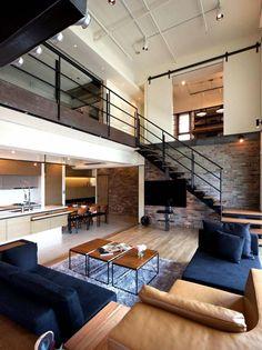 escalier bois et métal et belle mezzanine au-dessus de salon moderne