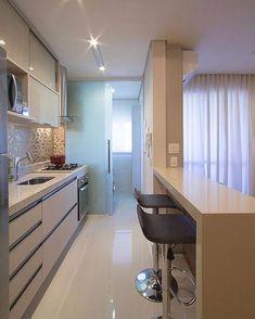 Cozinha bem planejada e linda!! Ao fundo porta de correr em vidro jateado para 'esconder' a lavanderia!