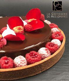 Voici une tarte au Chocolat et framboise. Il s'agit d'un mix entre l'entremet et la tarte, puisqu'elle est composée d'une pâte sucrée au cacao, d'un confit de fr…