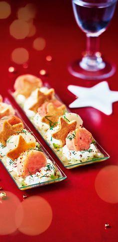 #MaTableAuSommet  Délicatement posés sur une crème légère au piment d'Espelette, une farandole de disques de saumon confit et de noix Saint Jacques marinées se succède. Accompagnés de biscuits croquants et sublimés par un condiment pomme, citron et miel plein de peps, ce duo gourmand présenté sur une petite réglette transparente fait une entrée remarquée et remarquable. #Noël #Repas #Chic #Saumon #Entrée Brunch, Xmas Food, Food Inspiration, Entrees, Peps, Appetizers, Cooking, Christmas, Xmas Recipes