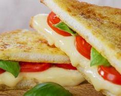 Sandwiches légers en triangle fromage et tomate toastés : http://www.fourchette-et-bikini.fr/recettes/recettes-minceur/sandwiches-legers-en-triangle-fromage-et-tomate-toastes.html