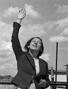 «Vive la vie!» Gisèle Freund sur sa terrasse, rue Lakanal, Paris, 1934