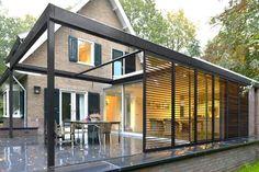 moderne-aanbouw-tuinkamer-aan-jaren-30-huis-buitenkamer-staal-lamellen-hout.jpg