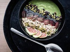 Rezept: Grüne Smoothie-Bowl mit Avocado und Mango zubereiten / recipe: smoothie-bowl with avocado and mango via DaWanda.com