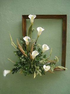 White Calla Lilies in frame. Picture Frame Wreath, Picture Frame Crafts, Picture Frames, Deco Floral, Arte Floral, Silk Flower Arrangements, Creative Flower Arrangements, Christmas Arrangements, Home And Deco