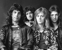 Mercury, May, Taylor and Deacon circa Sheer Heart Attack. De www.queenonline.com