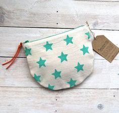 • Pequeña bolsita para llevar todo organizado en el bolso. • Hecha con tela de algodón 100% (exterior y forro). • Estampada a mano. • Medidas...