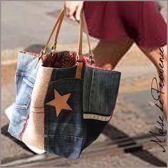 Un cabas réversible en patchwork de jeans recyclé aux notes de rouge et rose. Pièce unique de créateur - fabriqué à la main. EXTERIEUR - face en denim couleur variés, une bande de tissu ancien en chanvre rose ancien, rangée de paillettes rouge, étoile en cuir couleur chair.. / dos en toile de coton gris et rouge INTERIEUR - en coton bleu encre avec bordure en rouges avec 1 poche 2 anses en cuir épais couleur naturel, fixé aux rivets en couleur laiton DIMENSIONS environ L60cm / H50cm /...