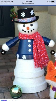 Great Photo Snowmen crafts clay pots Thoughts Snowman Christmas time ideas can be made all throughout the winter by leaving the actual Christmas d Flower Pot Art, Clay Flower Pots, Flower Pot Crafts, Painted Flower Pots, Clay Pots, Top Christmas Gifts, Christmas Clay, Christmas Projects, Christmas Ornaments