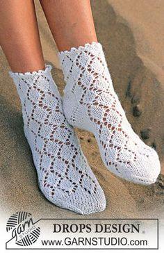 DROPS Socken mit Lochmuster in Camelia Kostenlose Anleitungen von DROPS Design.