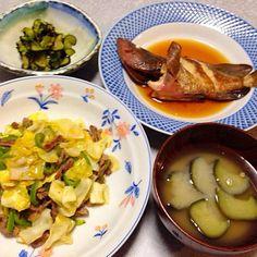 アコウの煮付け、 無角和牛とキャベツ・ピーマンの炒め物、 ナスと花ワサビの和え物、 ナスの味噌汁 です。 - 16件のもぐもぐ - 魚とあり合わせ 晩ご飯 by orieueki