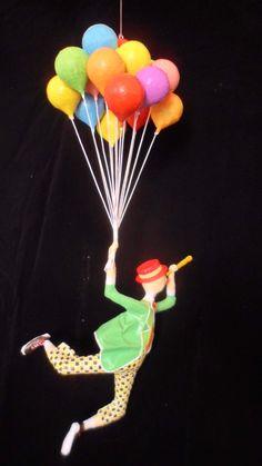 Palhaço voando com balões