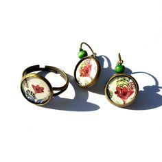 "Now available in my shop / maintenant en boutique, parure bague et boucles d'oreille dormeuses / ring + earrings ""Lys Rouge""; métal bronze, cabochons faits-main / home made cabochons - 11.50€. Copyright Sergent Mémère Créations ( c ), reproduction interdite, même partielle, merci ! ☺  #sergentmemere #sergentmemerecréations #bijoufaitmain #homemadejewelry #handmadejewelry #madeinfrance #pieceunique #tropical #exotic #exotique #lys #feuillage #bananier  #ooak #ooakjewelry"