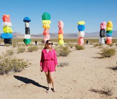 """Paradinha perto de Vegas para ver esse """"monumento"""" #sevenmagicmountains ----------------------------------- Road tripping to FLY and the beauty on the way! The Seven Magic Mountains near Vegas!"""
