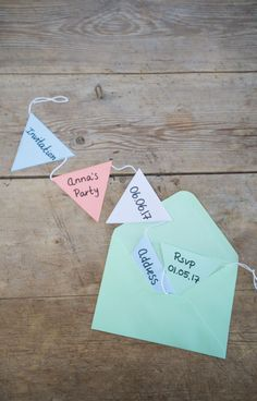 Anna recommends that you make fun and different garland invites for your party from coloured paper. DIY – Fun invitation for parties // The garland, which can be hung as a decoration, will serve to remind your guests about your upcoming event. Invitation Fete, Diy Birthday Invitations, Invitation Ideas, Diy Funny, Partys, Mason Jar Diy, For Your Party, Diy For Kids, Diy Gifts