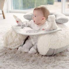 Le coussin d'activités My First Sit & Play de la marque Mamas and Papas est original. Il est parfait pour amuser bébé durant de longs moments en toute sécurité.