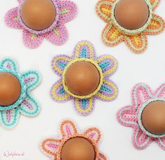 Make your own Easter decorations like these pretty egg cups in pastel colours. Everyone should get his eggs like this, right? Get the free pattern now! Crochet Egg Cozy, Love Crochet, Beautiful Crochet, Knit Crochet, Easter Crochet Patterns, Crochet Crafts, Crochet Projects, Holiday Crochet, Egg Cups