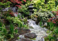 Itämaisesta puutarhatyylistä voit poimia omaan pihaasi sopivia paloja. Poimi itämaiset ideat puutarhaasi Viherpihan jutusta.