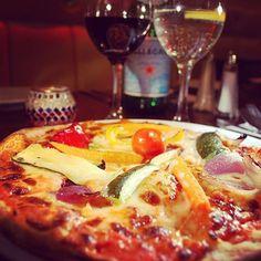 #pizza and #wine: why not?  #winelovers #vino #winelover #vinho #wein #vin #love #dinner #food #foodie #foodporn #instafood #instagood #weareinpuglia #puglia #italy #apulia #italia #apulien #friends #bestoftheday #bestpic #like #followme #life #lifestyle #pizzunesco #pizzahut