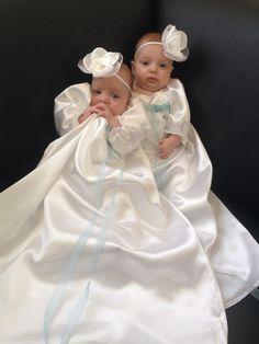 Me meiden met hun mooie jurken voor de doop