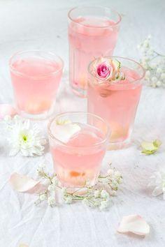 Litschi-Cocktail, Prosecco und Rosenwasser / Koche mir ein Schaf - - cocktail au litchi, prosecco et eau de rose / Cuisine moi un mouton Litschi-Cocktail, Prosecco und Rosenwasser / Koche mir ein Schaf Lychee Cocktail, Cocktail Drinks, Cocktail Recipes, Alcoholic Drinks, Lychee Juice, Beverages, Cocktail Original, Limoncello Cocktails, Pink Drinks