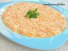 Sıvıyağda havuçları rendeleyip kavuralım.  Daha sonra sarımsağı ezip yoğurtla karıştırıp mayonezi ve tuzu ilave edip sosu hazırlayalım...