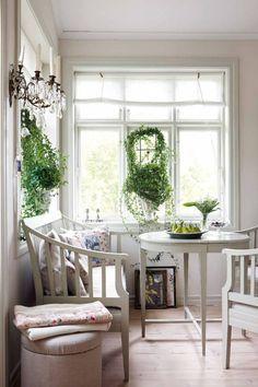 Många fönster och en färgskala som går från vitt till ljusgrått bidrar till den lätta sommarkänslan. Evas & Claes tips: Kom ihåg att fönstren speglar husets själ, så välj fönster i gammal stil. Inte aluminium eller andra moderna material, utan kopplade fönster med mindre rutor / Välj ytter- och innerdörrar med speglar / Leta i byggnadsvårdsbutiker efter gamla takbjälkar, vedspis och andra gamla inredningsdetaljer / Satsa på ett riktigt plankgolv |