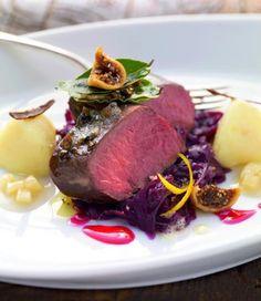 Rosa gebratener Rehrücken auf Zimt-Feigen-Blaukraut mit Kartoffel-Quitten-Püree
