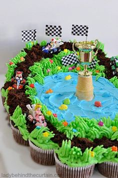 Cupcakes make the best cakes. There are a million and one ways to make them, but we've found The 11 Best Cupcake Cake Ideas. Giant Birthday Cake, Mario Birthday Cake, Super Mario Birthday, Cupcake Birthday Cake, Cupcake Party, Cupcake Cakes, 5th Birthday, Birthday Celebration, Birthday Ideas
