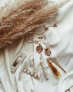 𝙵𝚒𝚗𝚍𝚒𝚗𝚐𝚜 - Several things I'm currently in love with 🕊 I really like the hair clip trend, what about you? J'aime beaucoup la tendance de… Jewelry Accessories, Fashion Accessories, Fashion Jewelry, Women Jewelry, Classy Aesthetic, Beige Aesthetic, Aesthetic Fashion, Coin Pendant Necklace, Shell Pendant