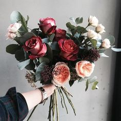 Love the contrast in this bouquet.. so textural too wunderschöner Blumenstrauß ind rot, rosa, aprikot.