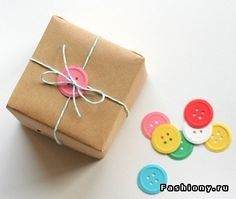 Use (handmade paper) buttons to wrap up a gift. Great site for gift packaging! Wrapping Ideas, Creative Gift Wrapping, Present Wrapping, Creative Gifts, Wrapping Papers, Craft Gifts, Diy Gifts, Brown Paper Packages, Ideias Diy