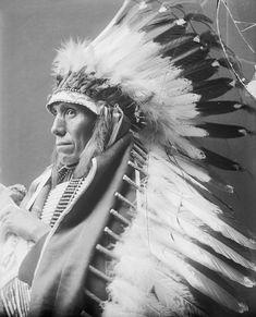 Native American Prayers, Native American Images, American Indian Art, Native American Tribes, Native American History, Mountain Sleeve Tattoo, Native American Photography, Old West Photos, Indian Pictures