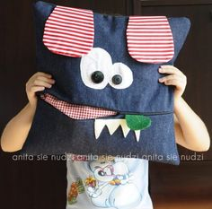 Párna, amibe rejteni is lehet vmit Dyi Pillows, Funny Pillows, Kids Pillows, Decorative Pillows, Jean Crafts, Denim Crafts, Sewing For Kids, Baby Sewing, Range Pyjama