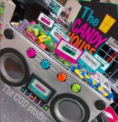 Taking it back to the old school with this boom box display for your or themed party. 6 tins to hold treats and 10 Cassette tapes are included for each tin + 4 extras). Please specify if you want different or specific color combinations. Hip Hop Party, 70s Party, Neon Party, Disco Party, 1980s Party Ideas, Ideas Party, 90s Theme Party Decorations, 80s Party Themes, Themes For Parties