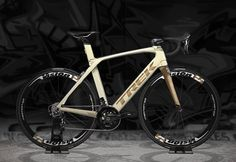 Champagne and bronze color scheme on this Trek Madone 9.5 ⚡️ Credit: Addictedbikes
