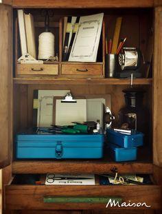 수납장 하단에 놓은 파란색 공구 상자는 모두 디앤디파트먼트