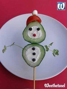 Grappig en gezond borrelhapje voor kerst: een komkommer sneeuwman. Ook leuk voor bij de kerstlunch! - Instructies - Weethetsnel.nl