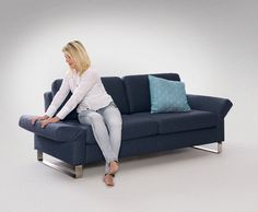 """Eine besondere Funktion hat die Armlehne der Couchgarnitur """"Valvo"""" zu bieten. Durch einfaches Umklappen der Lehne entsteht eine bequeme Liegefläche."""