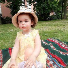 Trop d'amour pour cette petite personne . . . Chapeau @gemo, robe @sergent_major_officiel #viedelisabeth #elisabeth #mafille #viedemaman #maman #fiere #bebefille #bebedamour #amour #mafleur #weekend #dimanche #enfamille #sunnyday #niceday #baby #babygirl #cheveux #cheveuxbouclés #bouclette #კულულები #petitemaman #jouer #babylife #auvert #nature #naturlover #flowerslovers #photo #nofilter http://gelinshop.com/ipost/1524907876676757927/?code=BUpj6Jwg2mn