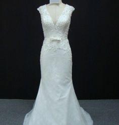 46a53818f4a3 Vestido de noiva semi sereia, todo em pedraria no corpete, decote em V,