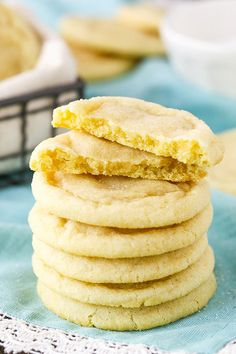 The BEST Soft and Chewy Sugar Cookie Recipe Wondering how to make soft & chewy sugar cookies? Try this easy sugar cookie recipe. These cookies require no chilling & stay soft + chewy for DAYS! Chewy Sugar Cookie Recipe, Lemon Sugar Cookies, Easy Cookie Recipes, Dessert Recipes, Baking Cookies, Sugar Cookie Recipe Without Vanilla, Lemon Cookies Easy, Quick Cookies, Cookies Soft
